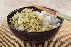 Cuenco con arroz y pollo y palillos Fotos de archivo