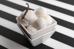 Cuenco con helado delicioso de vainilla Foto de archivo libre de regalías