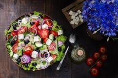 Cuenco con la ensalada griega, aún vida Fotos de archivo