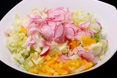 Cuenco con la ensalada mezclada Foto de archivo
