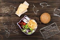 Cuenco con la ensalada que coloca el bocadillo cercano del queso Imagen de archivo libre de regalías