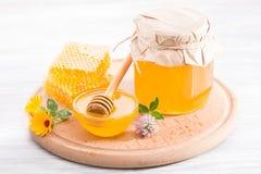 Cuenco con la miel y el panal de la flor fresca Fotografía de archivo