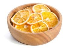 cuenco con la naranja seca en el fondo blanco Foto de archivo libre de regalías