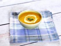 Cuenco con la sopa de la calabaza Imagen de archivo libre de regalías