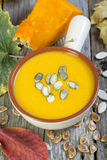 Cuenco con la sopa tradicional de la calabaza Fotos de archivo