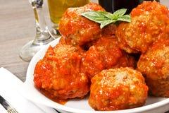 Cuenco con las albóndigas y la salsa de tomate Imagen de archivo