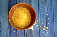 Cuenco con las arenas de maíz foto de archivo libre de regalías
