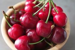 Cuenco con las cerezas maduras frescas Fotografía de archivo