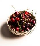 Cuenco con las cerezas rojas Foto de archivo libre de regalías