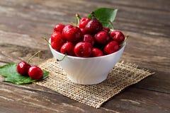 Cuenco con las cerezas rojas Imagenes de archivo