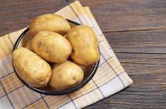 Cuenco con las patatas crudas Fotografía de archivo