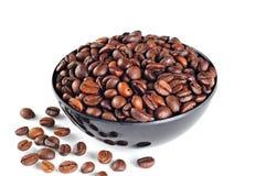 Cuenco con los granos de café, fondo blanco imagen de archivo