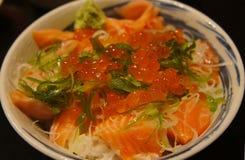 Cuenco crudo de los salmones y de arroz de Ikura Fotografía de archivo