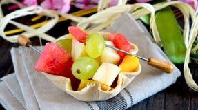 cuenco crujiente del pan con la ensalada de frutas Fotografía de archivo libre de regalías
