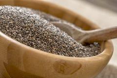 Cuenco de amontonamiento de semillas healty de Chia Imagenes de archivo
