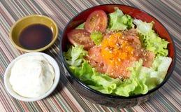Cuenco de arroz hervido con los salmones y la verdura Imagen de archivo libre de regalías