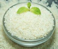 Cuenco de arroz japonés crudo con la menta Foto de archivo