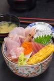 Cuenco de arroz japonés del sashimi de los mariscos imagen de archivo