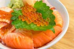 cuenco de arroz mezclado con los salmones frescos imagen de archivo libre de regalías