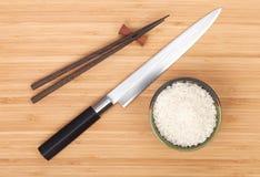 Cuenco de arroz, palillos y cuchillo del sushi Imagen de archivo libre de regalías