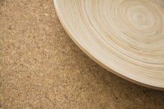 Cuenco de bambú en textura beige del corcho Imagen de archivo libre de regalías