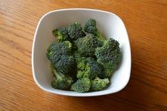 Cuenco de bróculi crudo Foto de archivo libre de regalías