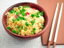 Cuenco de Brown con una porción de arroz cocinado Imagen de archivo libre de regalías