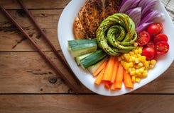 Cuenco de Buda con el pollo y las verduras frescas asados en el fondo de madera, visión superior fotografía de archivo libre de regalías