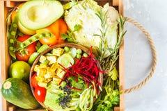 Cuenco de Buda en caja de madera con las verduras Fotografía de archivo libre de regalías