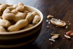 Cuenco de cacahuetes asados salados en seco en Shell Foto de archivo