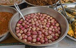 Cuenco de cebollas adobadas Alimento de la calle en Bangkok Fotografía de archivo