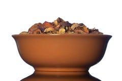 Cuenco de cerámica con las manzanas secadas Foto de archivo