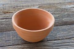 Cuenco de cerámica en fondo de madera Imagenes de archivo