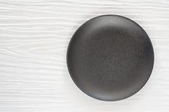 Cuenco de cerámica negro en el blanco de madera Imágenes de archivo libres de regalías
