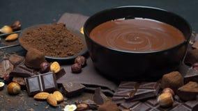 Cuenco de cer?mica de crema del chocolate o chocolate, nueces y pedazos derretidos de chocolate almacen de metraje de vídeo