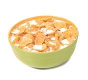 Cuenco de cereal con leche. Imagenes de archivo