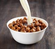 Cuenco de cereal del chocolate en una tabla Fotografía de archivo libre de regalías