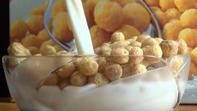 Cuenco de cereal, leche, granos, comidas de desayuno almacen de video