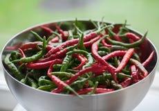 Cuenco de chilis rojos y verdes Fotografía de archivo