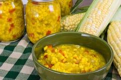 Cuenco de condimento fresco del maíz con maíz Imágenes de archivo libres de regalías