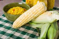 Cuenco de condimento fresco del maíz con maíz Fotografía de archivo libre de regalías