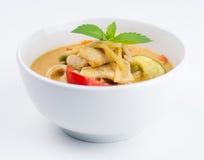 Cuenco de curry rojo del pollo tailandés en el fondo blanco Foto de archivo