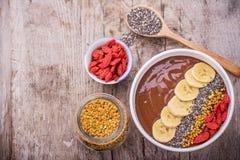 Cuenco de desayuno con los smoothies del plátano del chocolate Fotografía de archivo