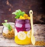 Cuenco de desayuno dos capas del smoothie del mango con Imágenes de archivo libres de regalías