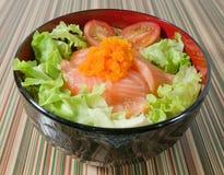 Cuenco de desmoche del arroz blanco con los salmones y la verdura Fotos de archivo libres de regalías