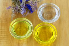 Cuenco de diverso aceite orgánico - aceite de coco planchado en frío, jojoba foto de archivo