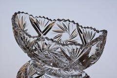 Cuenco de ensalada cristalino con la reflexión en un fondo gris imagenes de archivo