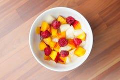 Cuenco de ensalada de fruta fotos de archivo