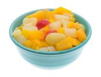 Cuenco de ensalada de fruta aislado en un fondo blanco Foto de archivo libre de regalías