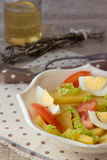 Cuenco de ensalada de patata con el huevo y el tomate Imagen de archivo